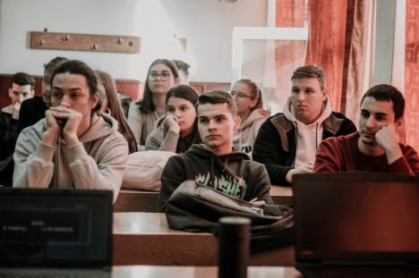 Studenții din Cluj le-au explicat liceenilor din Ştei despre cum să mănânce sănătos (FOTO)