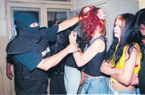 Sex 'extrem': Patru prostituate, prinse făcând sex cu clienţii în plină stradă şi la -10 grade