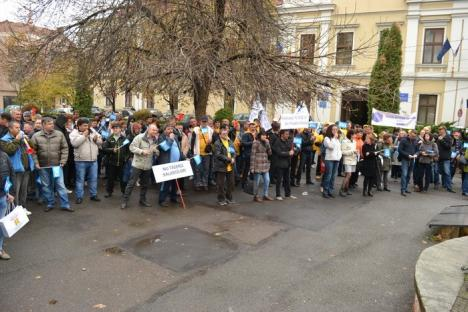 Peste 300 de bihoreni au ieşit în stradă, protestând faţă de noile măsuri fiscale: 'E ca la Radio Erevan' (FOTO / VIDEO)