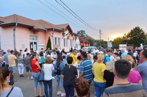 Localnicii din Sântandrei au ieşit în stradă împotriva mirosurilor: 'Nutripork de ce ne-mpuţi? Ar fi cazul să te muţi!' (FOTO / VIDEO)