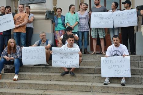 Artiştii Teatrului Regina Maria au protestat cerând salarii ca la Filarmonică: 'De ce să fim copilul cel sărac?' (FOTO / VIDEO)