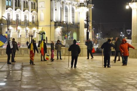 'Kovesi, nu uita, noi suntem de partea ta': Zeci de orădeni au ieşit în Piaţa Unirii, în sprijinul şefei DNA (FOTO/VIDEO)