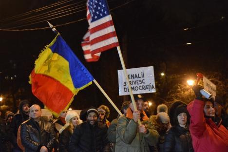 Orădenii, din nou în stradă: Sute de persoane au ieşit să protesteze împotriva PSD şi împotriva corupţiei (FOTO / VIDEO)