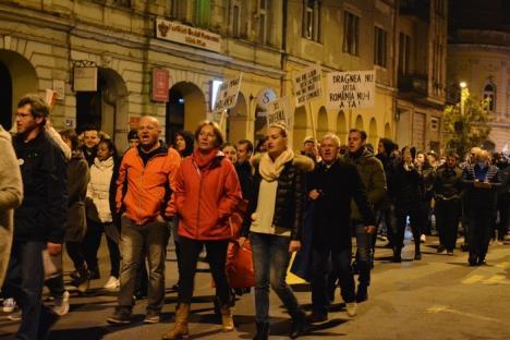 """""""Vrem Justiţie, nu corupţie!"""": 1.000 de orădeni au mărşăluit prin oraş, scandând împotriva Guvernului (FOTO / VIDEO)"""