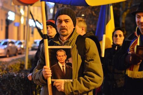 Protest 'mut': Orădenii s-au dus cu valizele şi paşapoartele în faţa sediului PSD Bihor (FOTO/VIDEO)