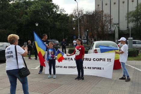 Protest anti-măști, cu mesaje controversate, în Oradea: 'Covid e o înşelătorie. Mă ofer să stau 48 de ore într-un salon cu bolnavi' (FOTO / VIDEO)