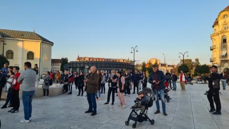 Protest anti-vaccin şi anti-restricţii în Oradea, în ziua cu recorduri de cazuri Covid: Sute de participanți în Piața Unirii (FOTO / VIDEO)