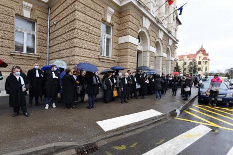 Peste 100 de avocaţi au protestat în Oradea şi Beiuş: 'Riscăm să fim condamnaţi pentru că ne exercităm profesia' (FOTO)