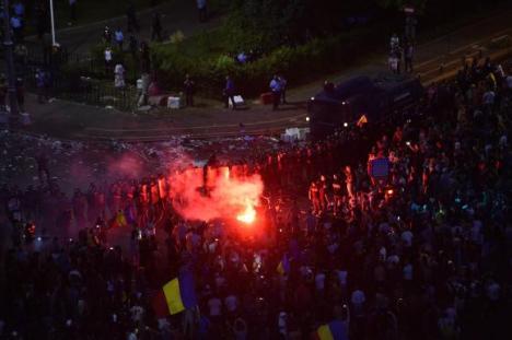 Piaţa Victoriei, evacuată în forţă. Două arme de foc furate de la jandarmi, peste 270 de răniţi! (VIDEO)