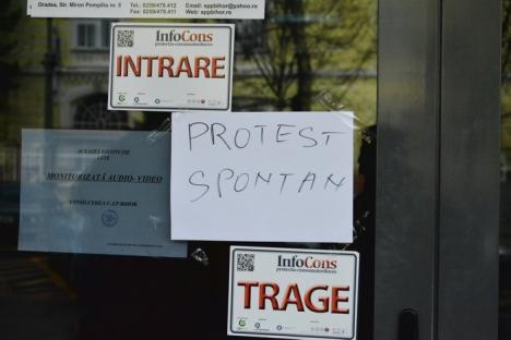 Casa de Pensii Bihor, închisă: Toţi angajaţii au declanşat un protest spontan din cauza salariilor mici (FOTO)