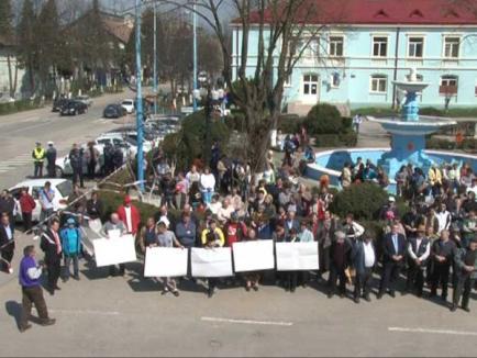 Circa 100 de localnici din Ştei protestează împotriva închiderii Spitalului Orăşenesc