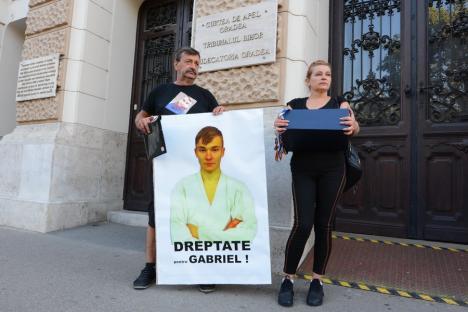 'Criminalul e în libertate': Părinţii băiatului din Bihor ucis cu motocoasa protestează în fața Palatului de Justiție, temându-se că vinovatul va primi o sentință favorabilă (FOTO / VIDEO)