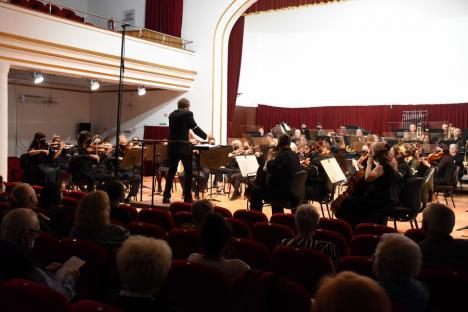 Concert cu banderole albe la Filarmonica din Oradea, în semn de protest faţă de măsurile propuse de Ilie Bolojan (FOTO)