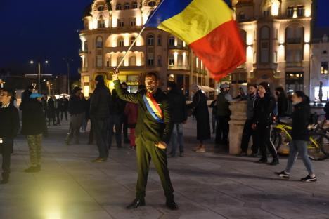 Tot mai puţini participanţi la protestele anti-restricţii din Oradea. Nemulţumiţii repetă aceleaşi sloganuri (FOTO / VIDEO)