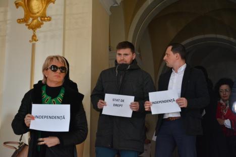 Revoltă tăcută în spatele uşilor închise: Judecătorii şi procurorii din Oradea au protestat împotriva ordonanţei care a modificat peste noapte legile Justiţiei (FOTO)