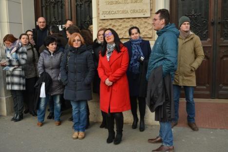 Magistrații din Bihor nu se opresc: Peste 30 de judecători și procurori au protestat din nou în fața Palatului de Justiție