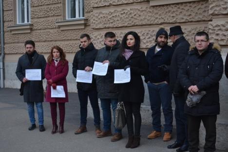 Cu robele pe braţe: Judecătorii şi procurorii din Oradea au ieşit din nou în stradă! (FOTO / VIDEO)