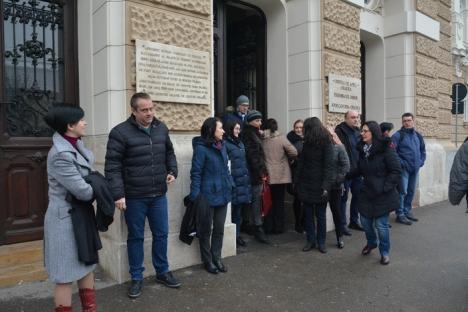 """Magistraţii orădeni continuă protestul: """"Este catastrofal ce se întâmplă. Deja vor să facă modificări la modificări!"""" (FOTO)"""