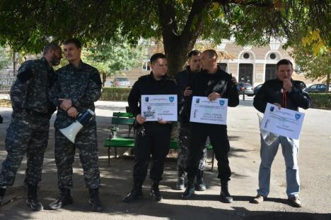 'Tudorel, sluga model!': Angajaţi ai penitenciarelor din Oradea, Baia Mare, Arad şi Gherla au ieșit să protesteze în faţa Prefecturii Bihor (FOTO/VIDEO)