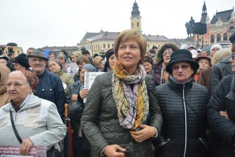"""Miting """"pro familie"""": Mii de oameni au militat, în Piaţa Unirii, pentru căsătoriile doar între femei şi bărbaţi (FOTO / VIDEO)"""