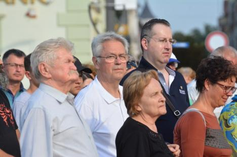 Lanţul uman e tot mai mare: Peste 150 de orădeni s-au strâns din nou în Piaţa Unirii pentru a cere statuia Sfântului Ladislau în centrul Oradiei (FOTO)