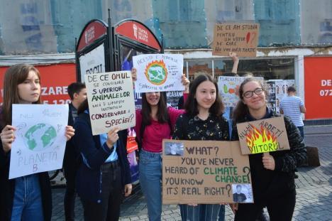 We are the world, we are the children! Peste 100 de orădeni au protestat împotriva distrugerii planetei (FOTO / VIDEO)