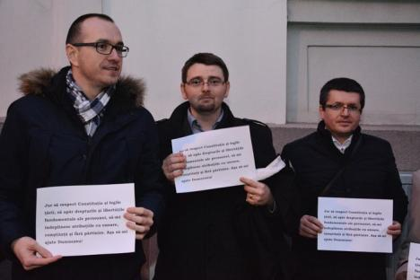 Şi totuşi, au ieşit în stradă: O mână de procurori şi judecători bihoreni au protestat împotriva modificării legilor justiţiei (FOTO / VIDEO)