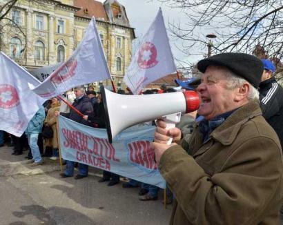 """Sute de sindicalişti au protestat împotriva noului Cod al Muncii. Un PDL-ist a purtat o pancartă cu """"Jos Băsescu"""" (FOTO)"""