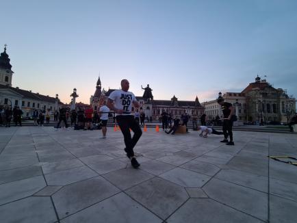 Protest cu... genuflexiuni, în Oradea. Sportivi şi pasionaţi de fitness au ieşit la antrenament în Piaţa Unirii (FOTO / VIDEO)