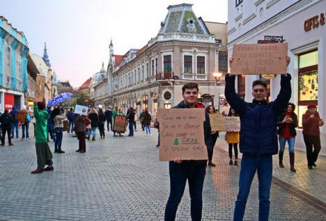 """""""Doar împreună putem salva planeta!"""": Puțini orădeni au protestat împotriva politicienilor care nu iau măsuri faţă de problemele climatice (FOTO / VIDEO)"""