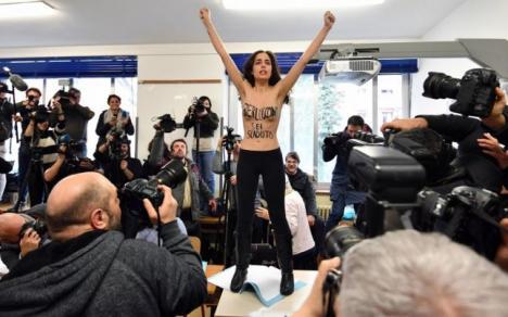 Protest în sânii goi în faţa lui Berlusconi, la alegerile din Italia (VIDEO)