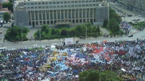 30.000 de români au protestat în Piaţa Victoriei: 'Jos Guvernul!'