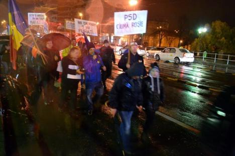Vrem să trecem! Circa 250 de orădeni au mărşăluit în şosea, protestând împotriva guvernării PSD (FOTO / VIDEO)