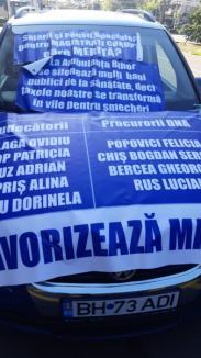 """Protest al unui ambulanțier în fața Tribunalului Bihor: """"Magistrații cu salarii mari și pensii speciale îi apără pe infractori!"""""""