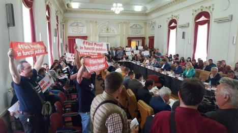 """""""V-am votat, ne-ați trădat"""": Peste 250 de angajați ai DGASPC protestează în fața Consilului Județean (FOTO / VIDEO)"""