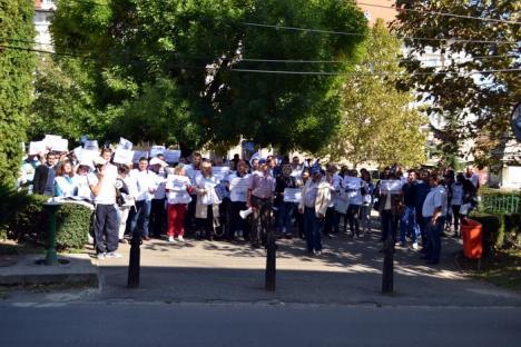 'Grevă generală!' Circa 200 de sindicalişti din învăţământ au protestat în faţa Prefecturii faţă de neacordarea majorărilor salariale (FOTO)