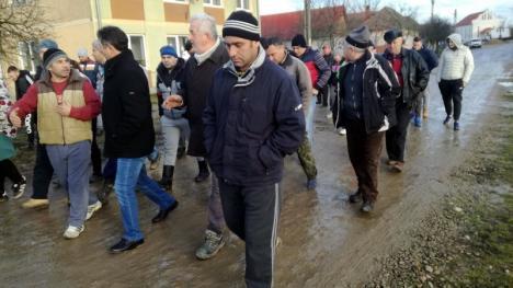 Protest de Anul Nou: Sătenii din Chişlaz au ieşit în stradă pentru a cere asfaltarea drumurilor din comună (FOTO)