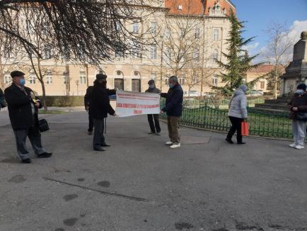 """11 pensionari au pichetat Prefectura Bihor, nemulţumiţi că pensiile, în loc să le fie mărite cu 40%, le sunt """"îngheţate"""" (FOTO)"""