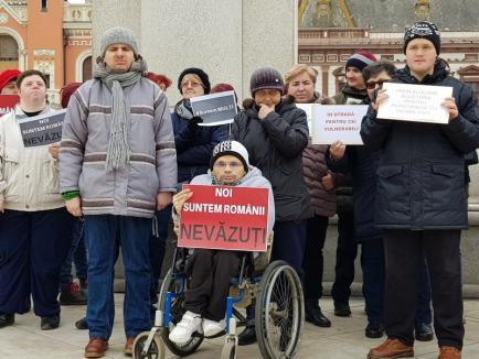 Nu ne abandonaţi! Zeci de persoane cu dizabilităţi și asistenții lor din Oradea au protestat împotriva bugetului de stat (FOTO/VIDEO)