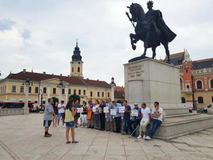 """Protest în Piaţa Unirii din Oradea împotriva """"corupţiei şi incompetenţei"""" care au făcut posibile crimele de la Caracal (FOTO)"""