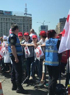 Protest masiv al membrilor Sanitas după ciuntirea veniturilor. Din Bihor participă o delegaţie de 70 de sindicalişti (FOTO)