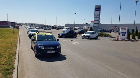 Încolonaţi pe centură: Peste 200 de taximetrişti din Oradea au protestat împotriva Uber, deşi serviciul nu există în oraş (FOTO)