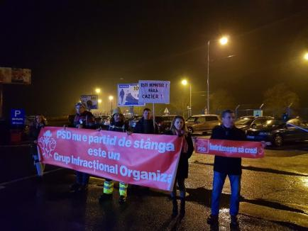 'Sunteţi un partid de hoţi, de corupţi şi mafioţi': PSD-iştii din Capitală, aşteptaţi cu scandări de protestatari la Aeroportul din Oradea (FOTO / VIDEO)