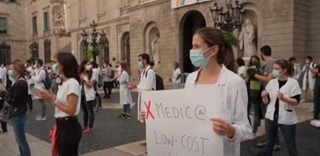 Proteste extreme în Spania: Medicii rezidenți s-au dezbrăcat în lenjerie intimă ca să arate că sunt la capătul răbdării (VIDEO)