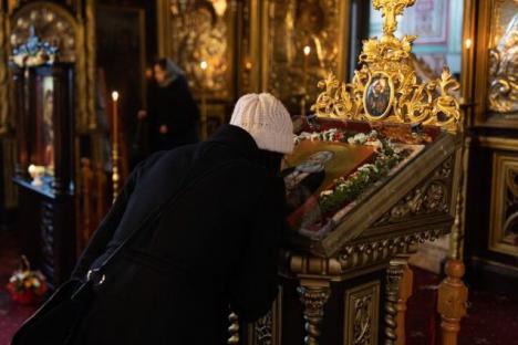 Nu pupaţi 'temporar' icoanele! Patriarhia Română îi sfătuieşte pe credincioşi să se ferească de coronavirus