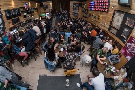 Ştii, câştigi, bei! Socializare și cultură generală, în două localuri din centrul Oradiei (FOTO)