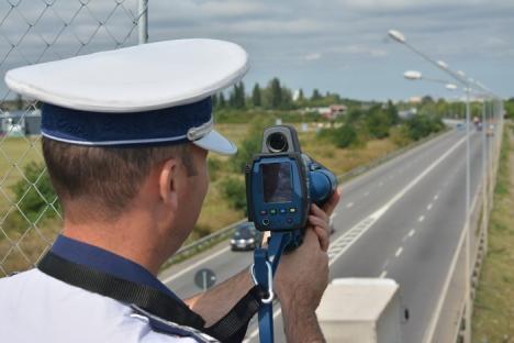 Poliţia Bihor are radar - pistol, care 'miroase' vitezomanii de la 1200 de metri chiar și noaptea (FOTO / VIDEO)