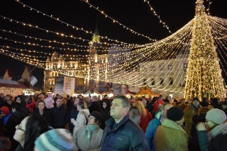"""Oradea a devenit """"Oraşul faptelor bune""""! Opt DJ-i de la Radio Zu s-au mutat într-o casă de sticlă din Piaţa Unirii (FOTO / VIDEO)"""
