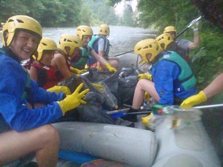 Voluntari pentru ape curate: Angajaţii ABA Crişuri au făcut curăţenie în defileul Crişului Repede