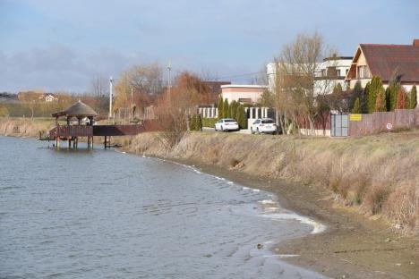 Rahat de VIP-uri: Lacul din Paleu este poluat sistematic cu dejecţiile proprietarilor de vile construite pe mal (FOTO)